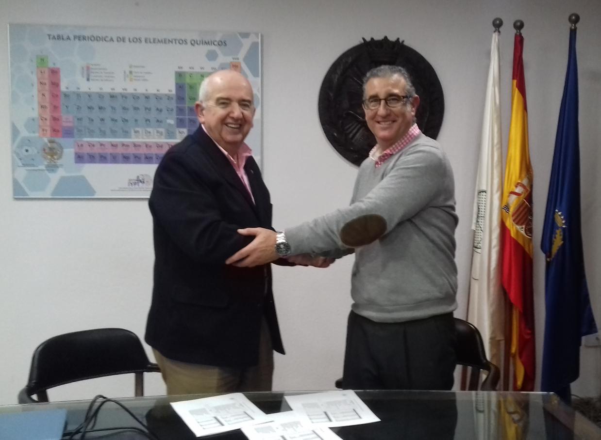 Don Miguel Ternero Rodríguez y Don Miguel A. Pineda Gómez, en el momento de la firma.